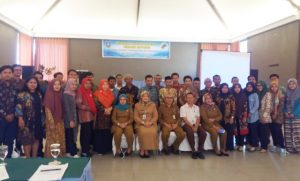 Kepala Dinas Koperasi, Perindustrian dan Perdagangan Kabupaten Serang Abdul Wahid didampingi Kepala Bidang Koperasi Pipih Rosvianthie berfoto bersama peserta.